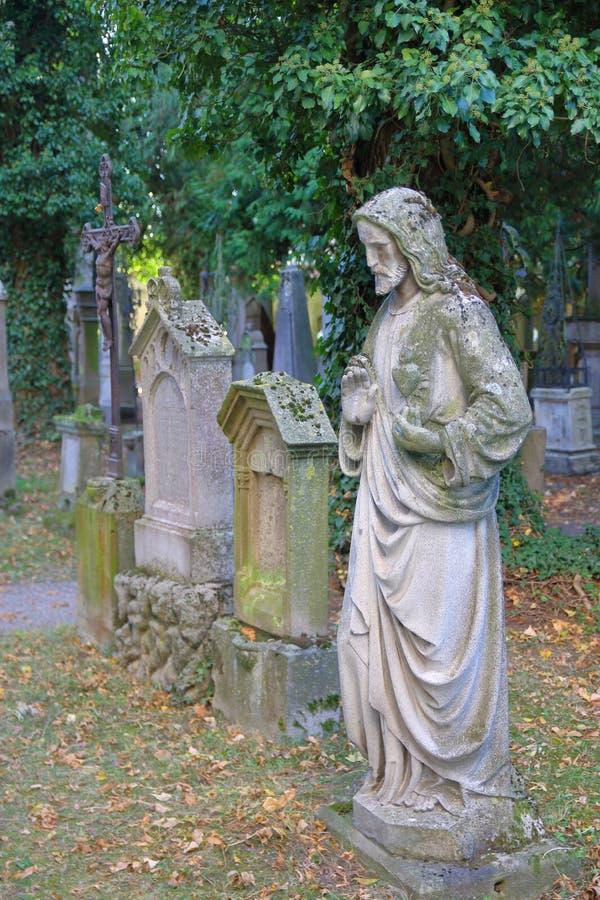 Oude monumenten van een oude begraafplaats royalty-vrije stock afbeelding