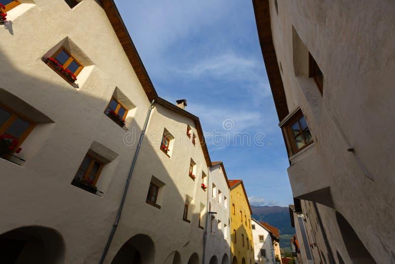 Oude mooie gebouwen met arcade in Glurns, Italië Architectu stock afbeeldingen