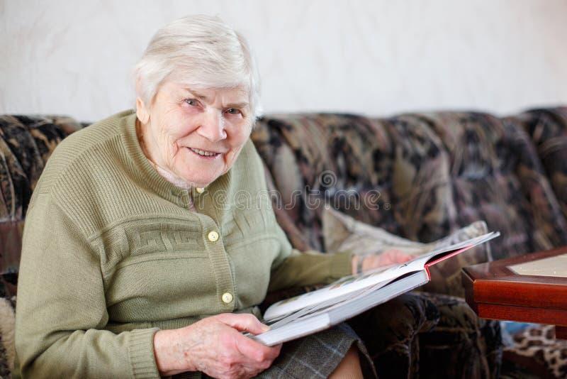 Oude mooie hogere vrouw die van 85 jaar boek lezen binnen stock foto afbeelding 41006856 - Jaar oude meisje kamer foto ...