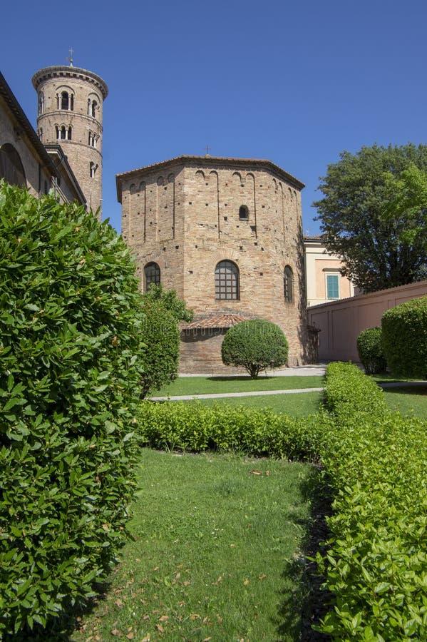 Oude mooie middeleeuwse oude ronde Italiaanse rode baksteenklokketoren in Ravenna stock foto