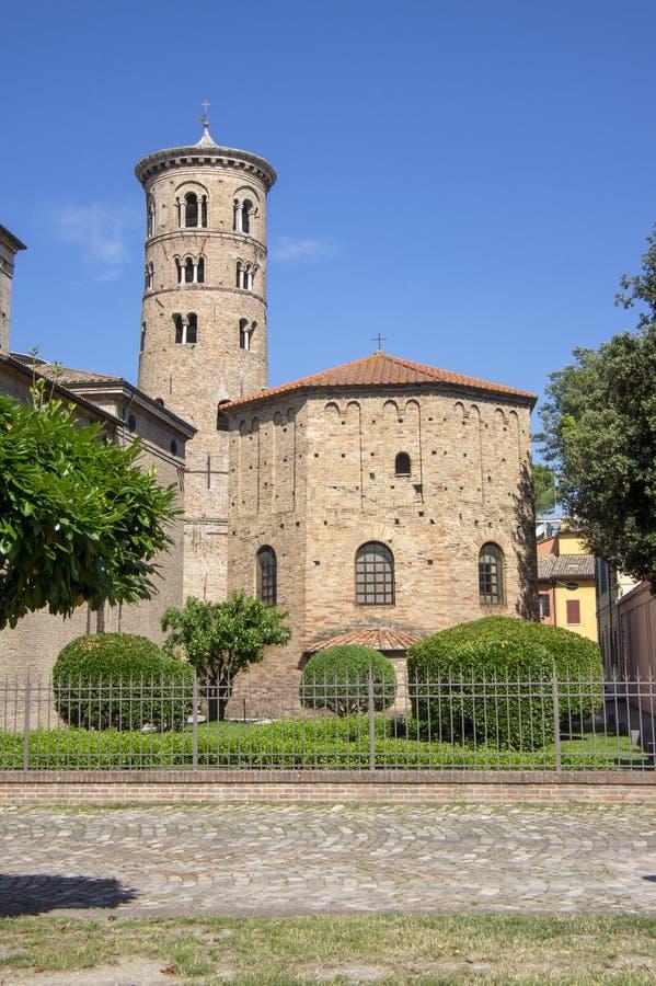 Oude mooie middeleeuwse oude ronde Italiaanse rode baksteenklokketoren in Ravenna stock afbeeldingen