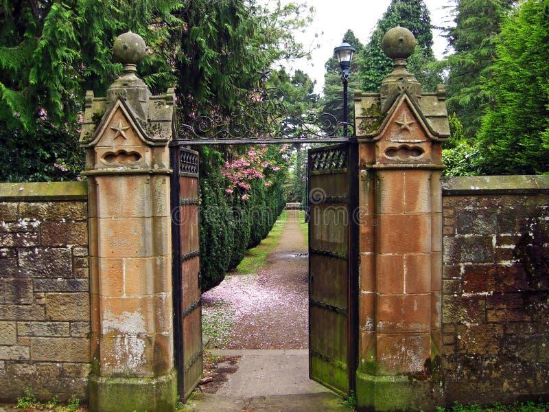 Oude, mooie poort die tot de tuin leiden royalty-vrije stock afbeelding