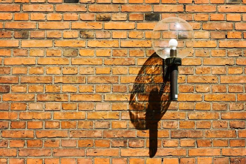 Oude mooie straatlantaarn op bakstenen muurachtergrond Architectuur details stock foto