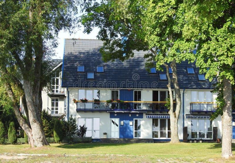 Oude mooie witte huis en bomen, Litouwen royalty-vrije stock afbeeldingen