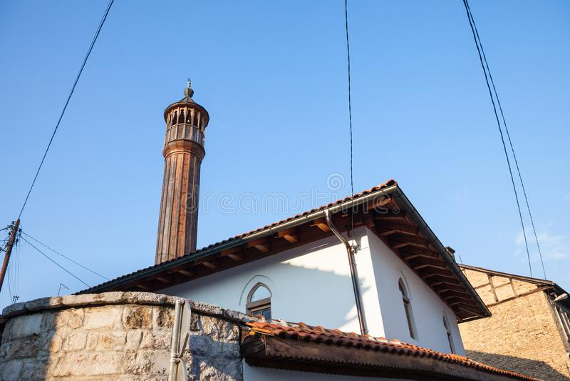 Oude moskee met een houten die minaret in het oudere deel van Sarajevo, hoofdstad wordt genomen van Bosnië-Herzegovina stock afbeelding