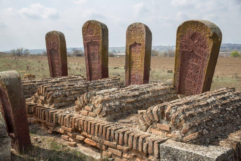 Oude moslimbegraafplaats dichtbij Agstafa, Azerbeidzjan met geschrift op farsi voor grafisch en Webontwerp, voor website of royalty-vrije stock afbeelding