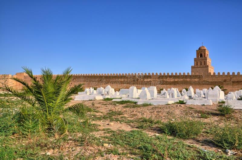 Oude moslimbegraafplaats dichtbij Grote Moskee in Kairouan, Sahara Desert, Tunesië, Afrika, HDR stock afbeelding