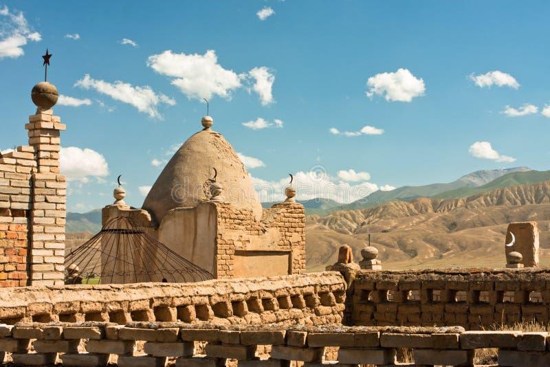 Oude Moslimbegraafplaats in het bergdorp van Centraal-Azië royalty-vrije stock fotografie