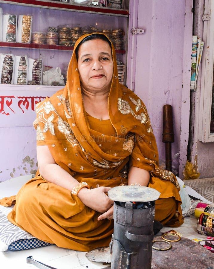Oude Moslimdame in India die traditionele kledij dragen