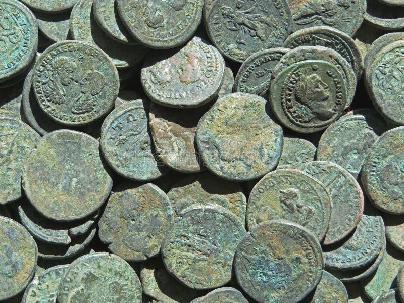 Oude muntstukschat Gestempeld koper om geld royalty-vrije stock foto's