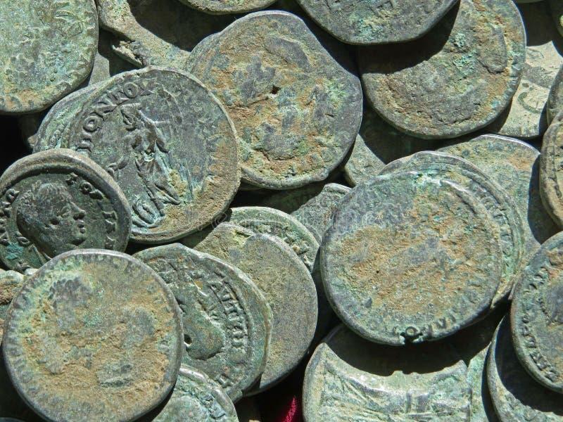 Oude muntstukschat Gestempeld koper om geld stock afbeeldingen