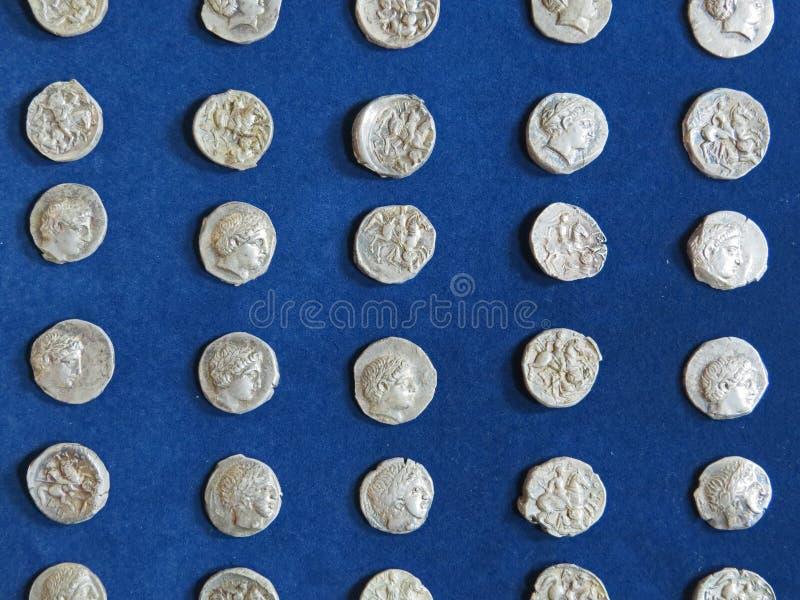 Oude muntstukschat Gestempeld zilveren rond geld stock foto's