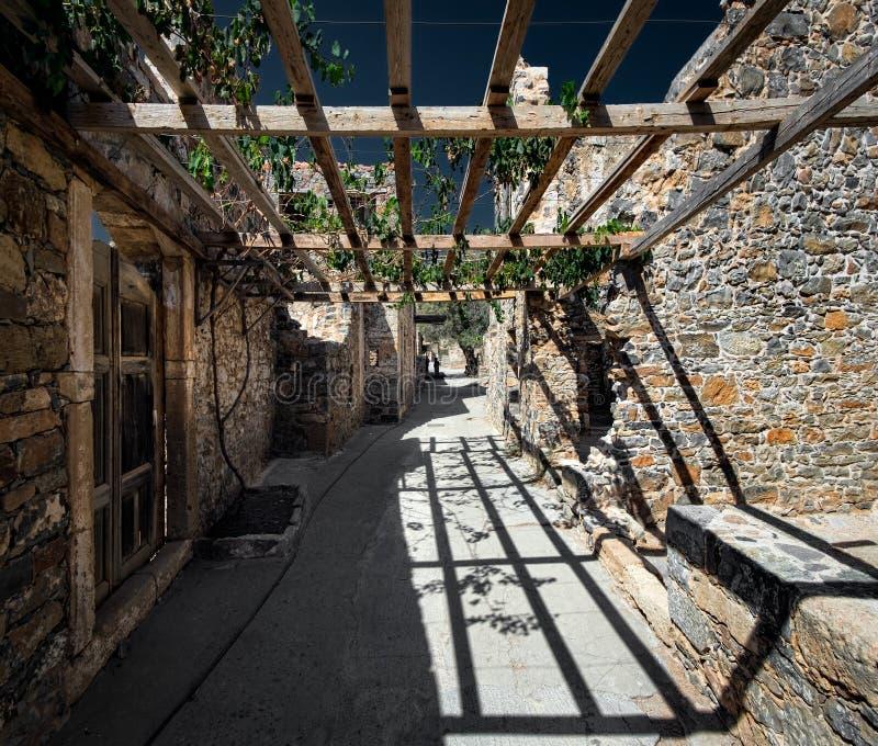Oude muren en pergola's Griekenland kreta stock foto's