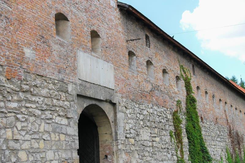 Oude muren van Bernardine Church en Klooster in Lviv, de Oekraïne stock afbeelding
