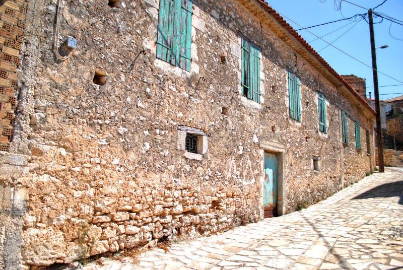 Oude muur met houten vensters stock foto