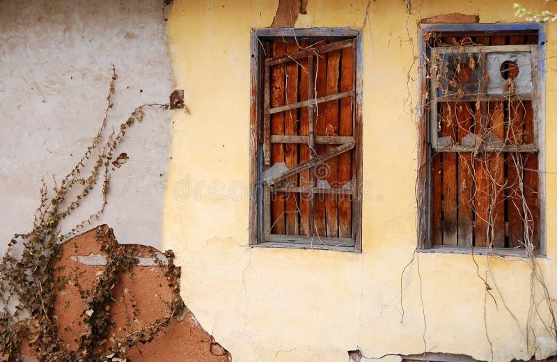 Oude muur met houten vensters royalty-vrije stock afbeelding