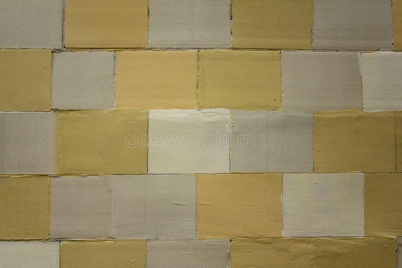 Oude muur van witte gele en grijze tegels Ruwe Oppervlaktetextuur royalty-vrije stock fotografie