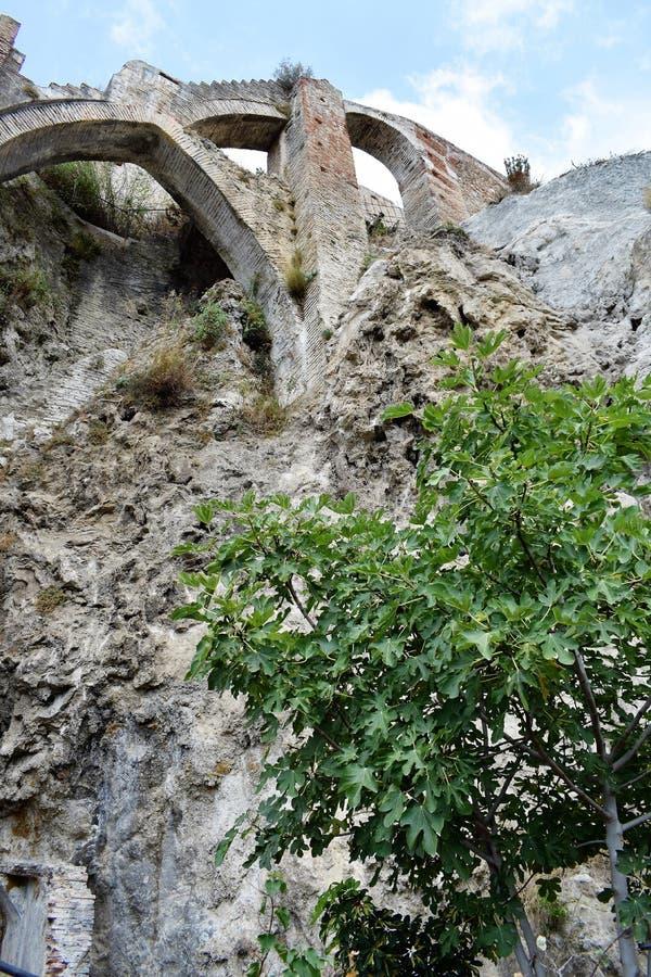 Oude muurruïnes met bogen in Frigiliana, Spaans wit dorp Andalusia stock foto