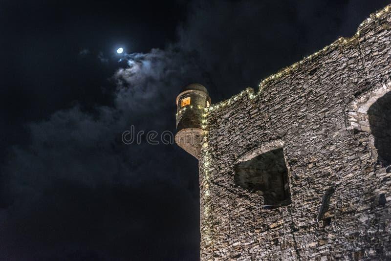 Oude muurruïnes onder de maan in Santa Margherita Ligure-stad, Italië royalty-vrije stock afbeelding