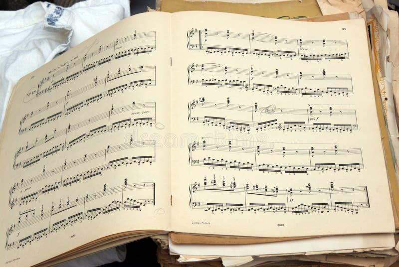 Oude muzikale score stock foto's