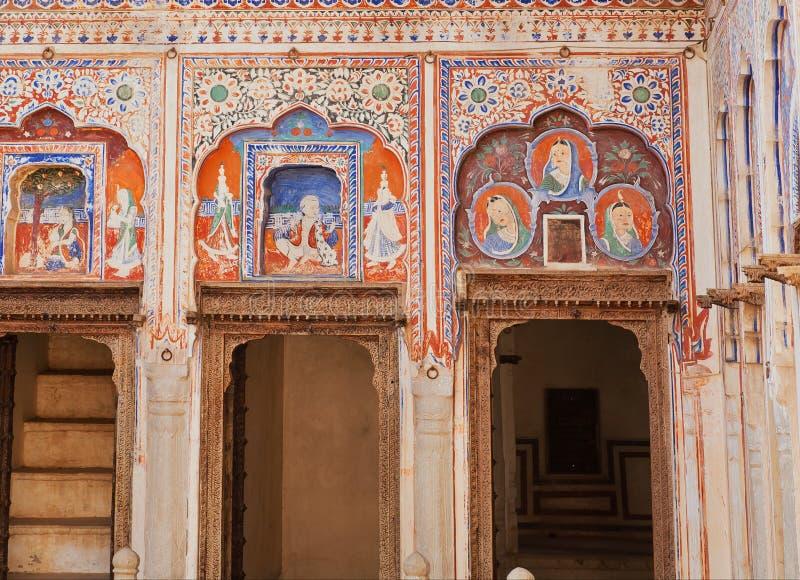 Oude naïeve fresko met portretten van mensen, patronen op historische huismuren van India royalty-vrije stock fotografie