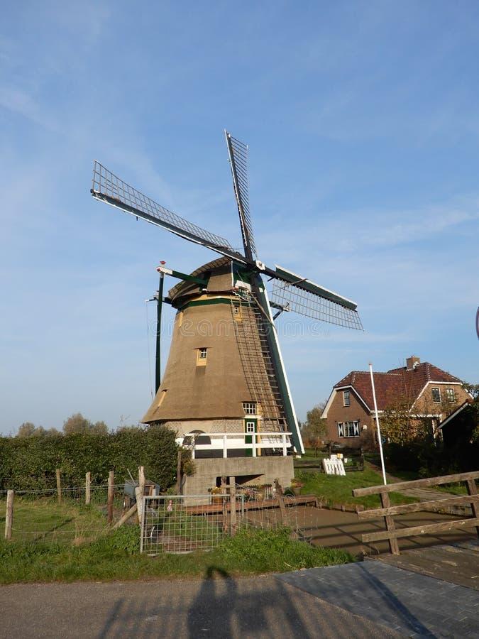 Oude Nederlandse windmolen die vroeger voor het pompen van water uit de polder wordt gebruikt stock foto