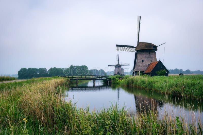 Oude Nederlandse windmolen in koud ochtendlandschap dichtbij Amsterdam royalty-vrije stock afbeelding