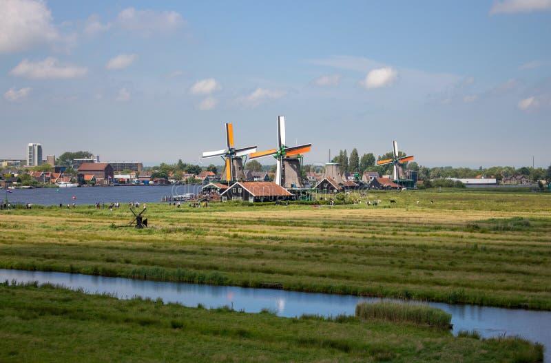 Oude Nederlandse windmolens en rivier in historisch dorp De molens van Holland in gebiedspanorama Het landelijke landschap van Ho royalty-vrije stock afbeelding