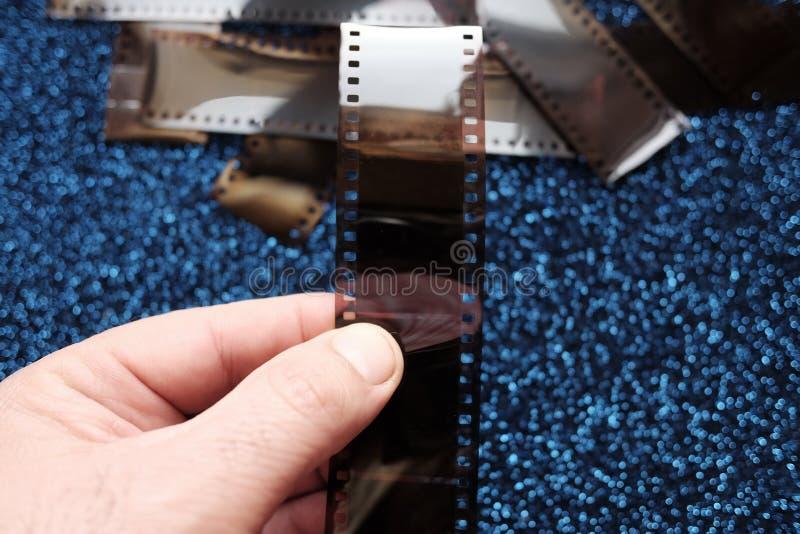 Oude negatieven op blauwe achtergrond stock afbeeldingen