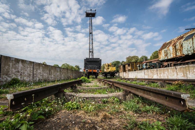 Oude niet meer gebruikte trein aan het eind van sporen stock afbeeldingen