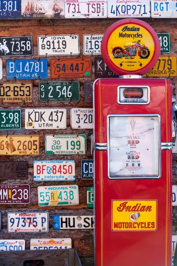 Oude nummerplaten en benzinepomp royalty-vrije stock afbeeldingen