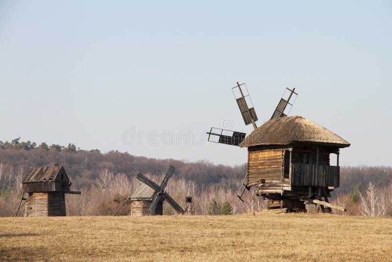 Oude Oekraïense molens Het Museum van Pirogovo stock afbeelding