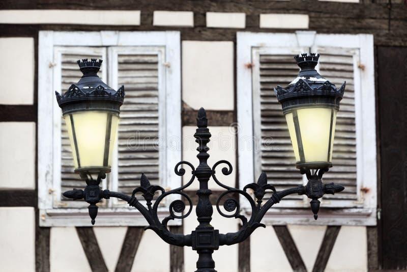 Oude oldtimers straatlicht voor gesloten luiken stock foto