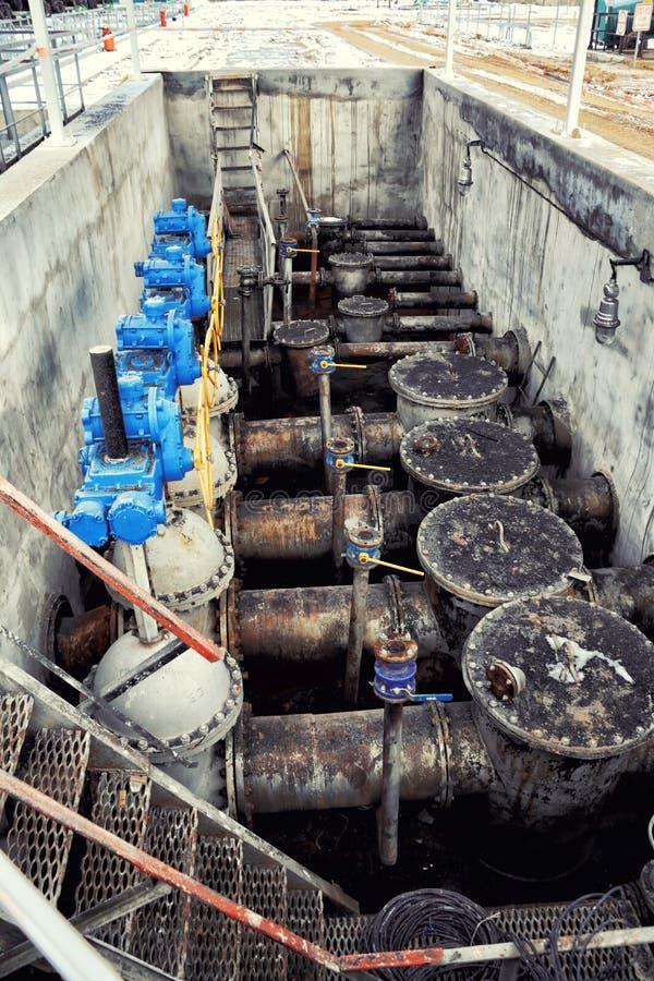 Oude Olie en gaspijplijn met kleppen royalty-vrije stock foto's