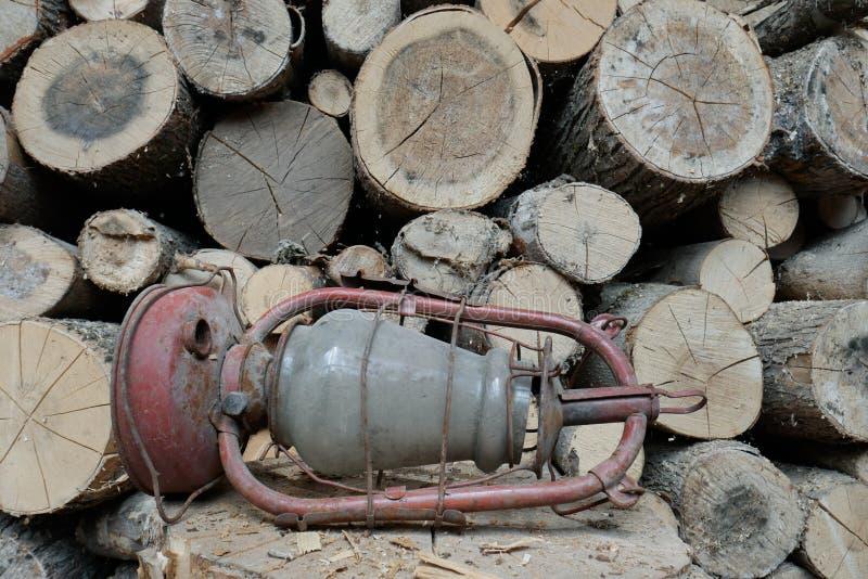 Oude olielamp op de achtergrond van brandhout stock foto