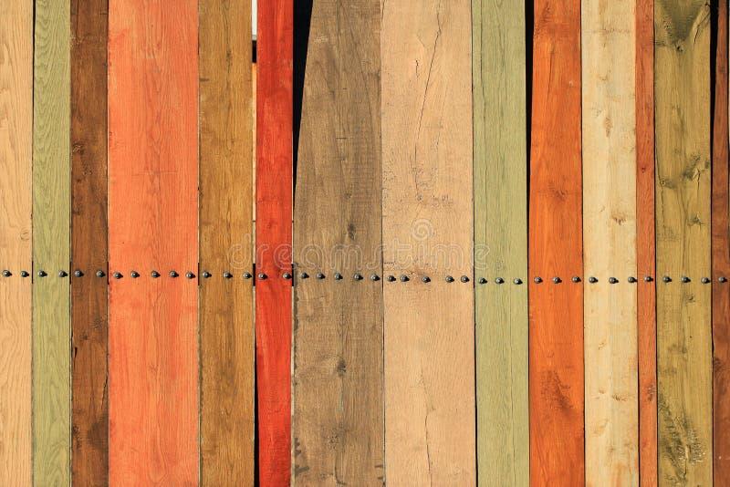 Oude omheining van gekleurde houten planken als achtergrond stock afbeelding