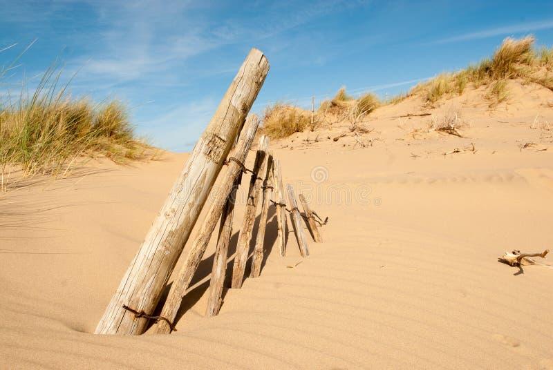 Oude Omheiningsposten in zand royalty-vrije stock foto