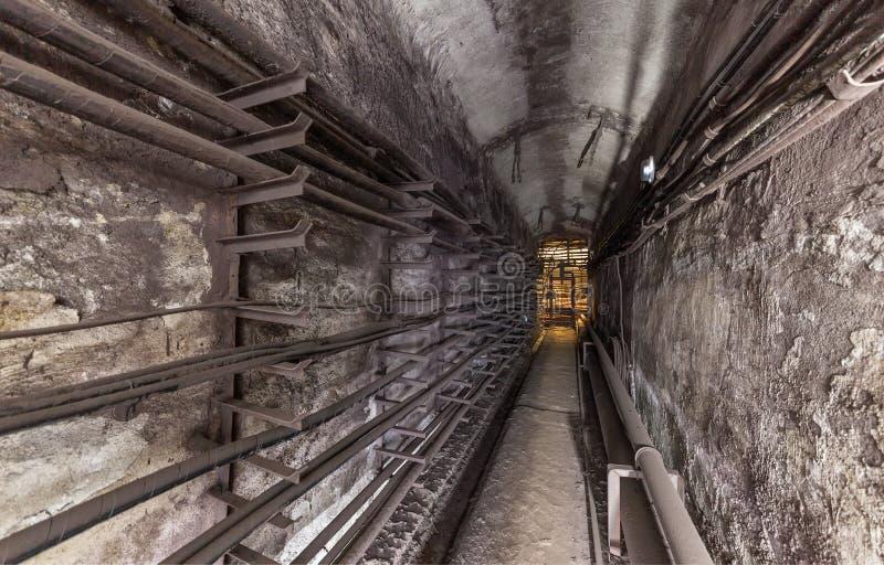 Oude ondergrondse nutskluis Metrocommunicatielijnen royalty-vrije stock afbeelding