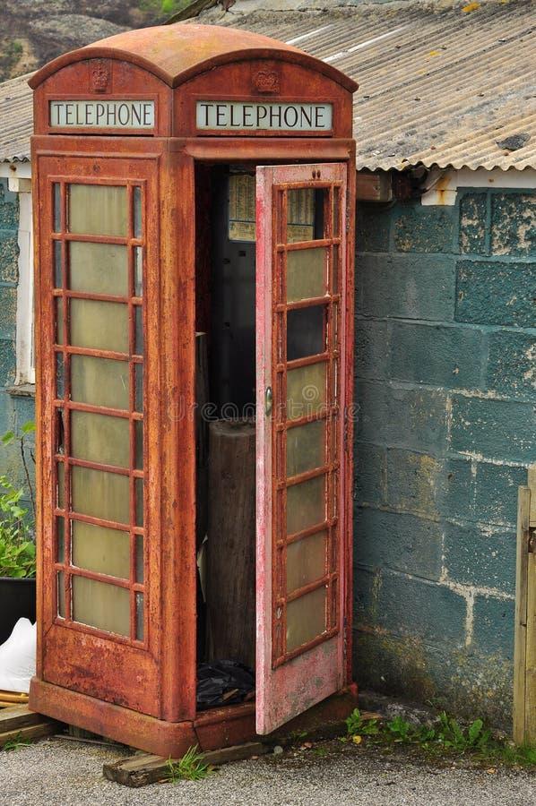 Oude ontmantelde Engelse telefooncel royalty-vrije stock fotografie