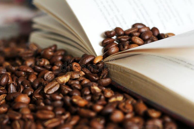 Oude open boek en koffiebonen royalty-vrije stock foto's