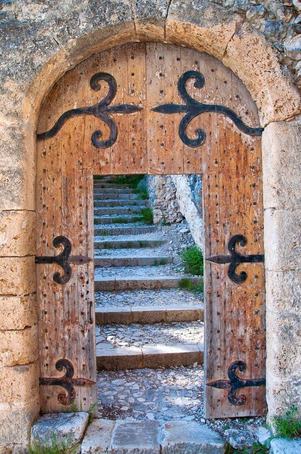 Oude open houten deur met treden royalty-vrije stock afbeeldingen