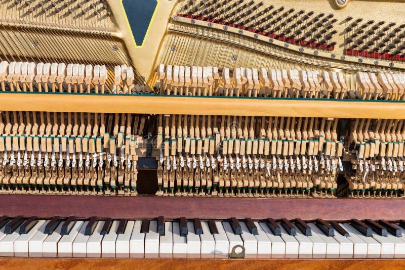 Oude open piano royalty-vrije stock afbeelding