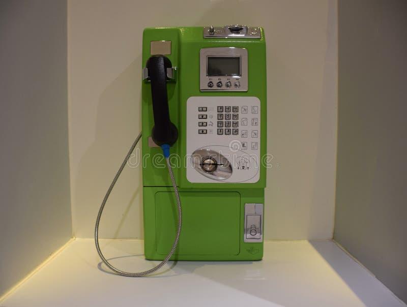 Oude openbare telefoon dichte omhooggaand in Thailand stock foto