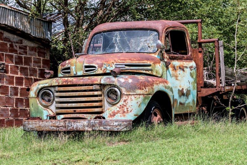 Oude opgesplitste landbouwbedrijfvrachtwagen stock afbeelding