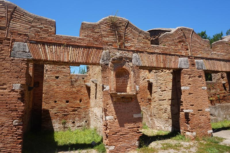 Oude opslaggebouwen in Ostia Antica Mooie oude vensters in Rome (Itali?) royalty-vrije stock afbeelding