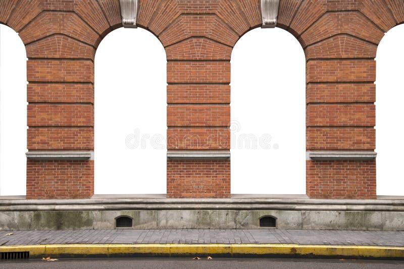 Oude oranje bakstenen muur en binnenlandse uitstekende boogvensters fram stock illustratie