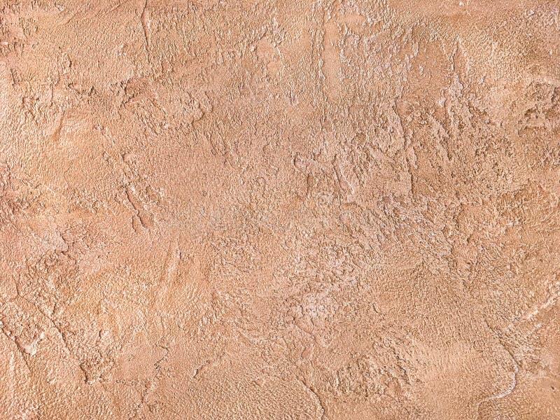Oude oranje die muur met ongelijk pleister wordt behandeld Textuur van de uitstekende sjofele oppervlakte van de zandbaksteen, cl stock foto
