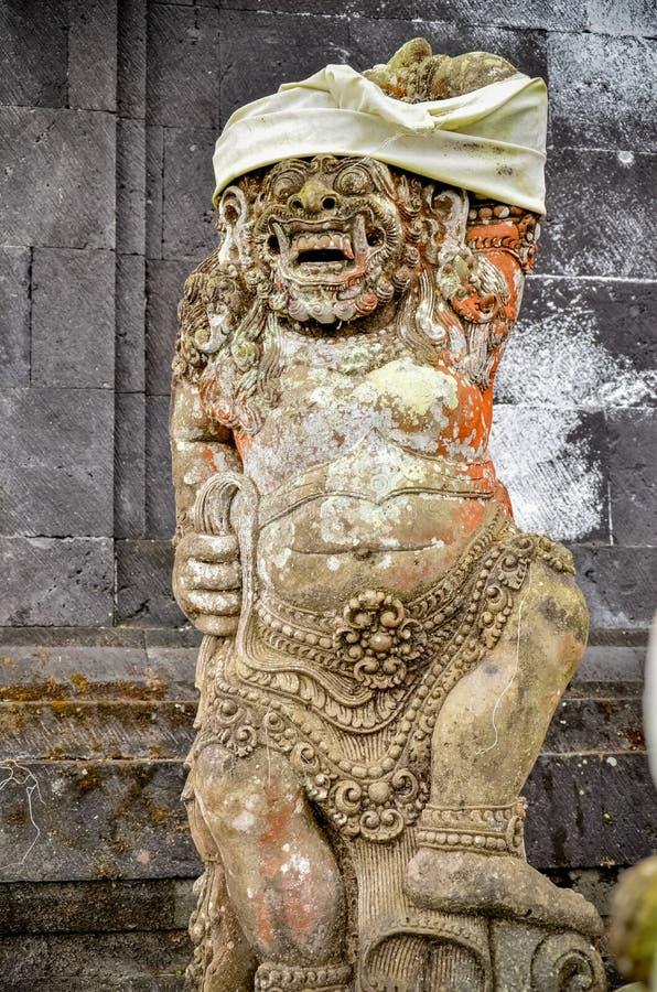 Oude oude kunststandbeelden in de tempel in Bali stock foto's