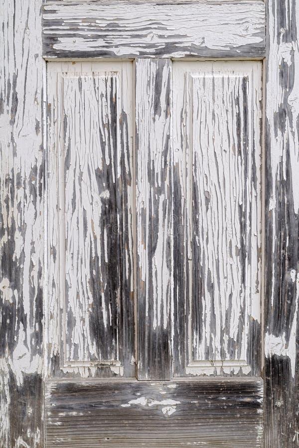 Oude ouderwetse, witte houten deur een verlaten huis ver stock afbeeldingen