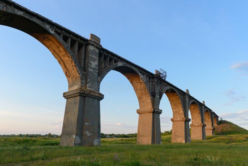 Oude overspannen spoorwegbrug stock foto's